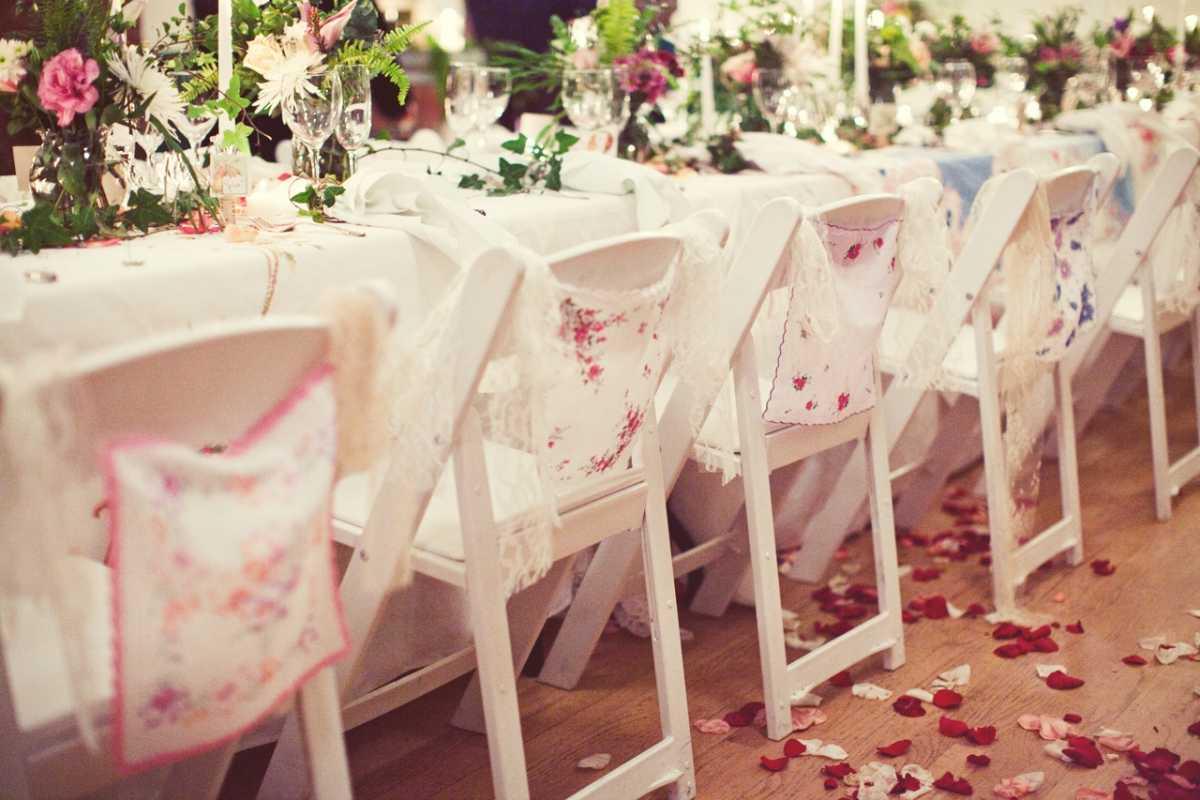 svadebnaya-skatert-8 Украшения стола на свадьбу своими руками, из чего сделать скатерть и чем оригинальным ее можно заменить