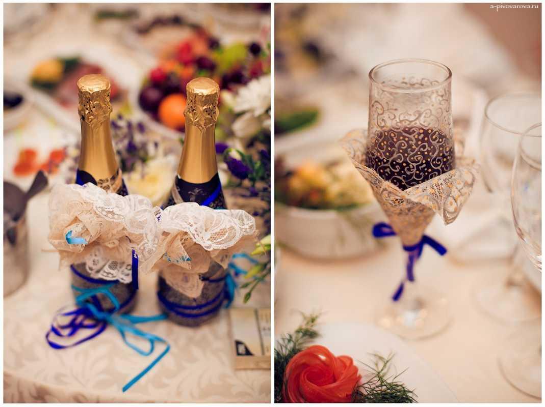 svadebnoe-oformlenie-butylok-3 Свадебное оформление в синем цвете бутылок шампанского для стола молодоженов