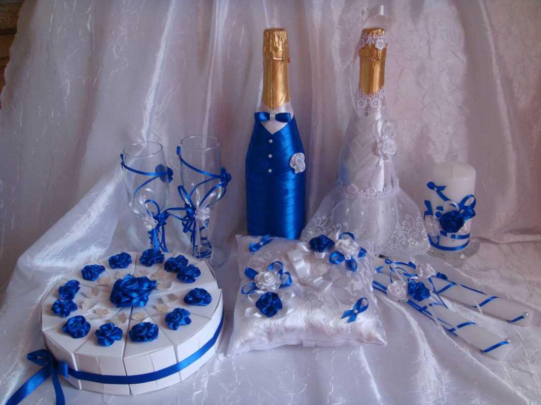svadebnoe-oformlenie-butylok-6 Свадебное оформление в синем цвете бутылок шампанского для стола молодоженов