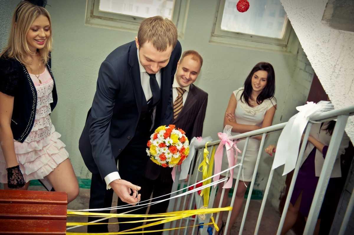svadebnoe-oformlenie-podezda-6 Украшение подъезда на свадьбу своими руками, советы подружкам невесты, которые будут производить выкуп
