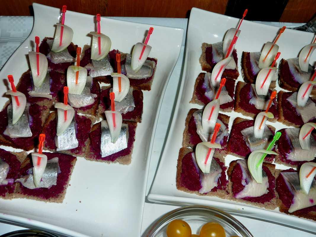 svadebnye-kanape-2 Канапе для свадьбы, как правильно использовать такой интересный и разнообразный вариант закуски в свадебном меню.