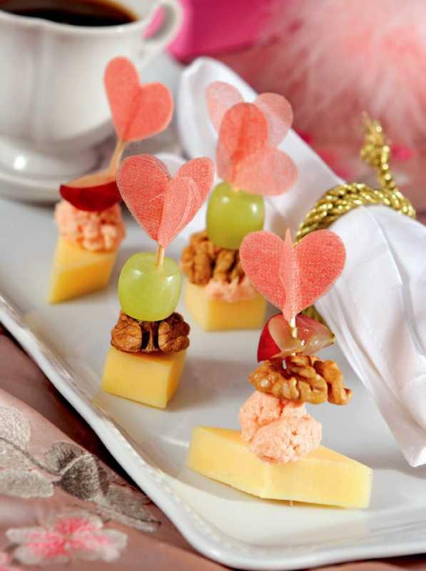 svadebnye-kanape-5 Канапе для свадьбы, как правильно использовать такой интересный и разнообразный вариант закуски в свадебном меню.