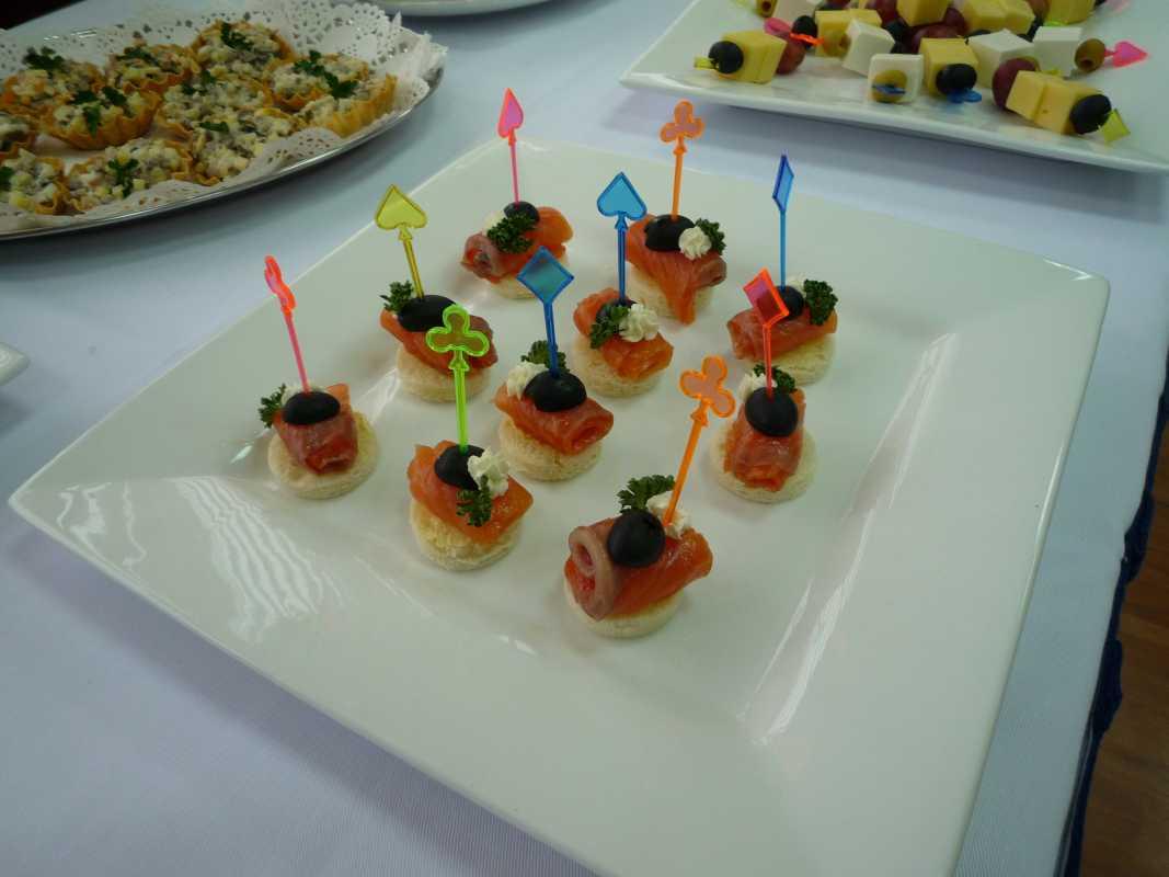 svadebnye-kanape-6 Канапе для свадьбы, как правильно использовать такой интересный и разнообразный вариант закуски в свадебном меню.
