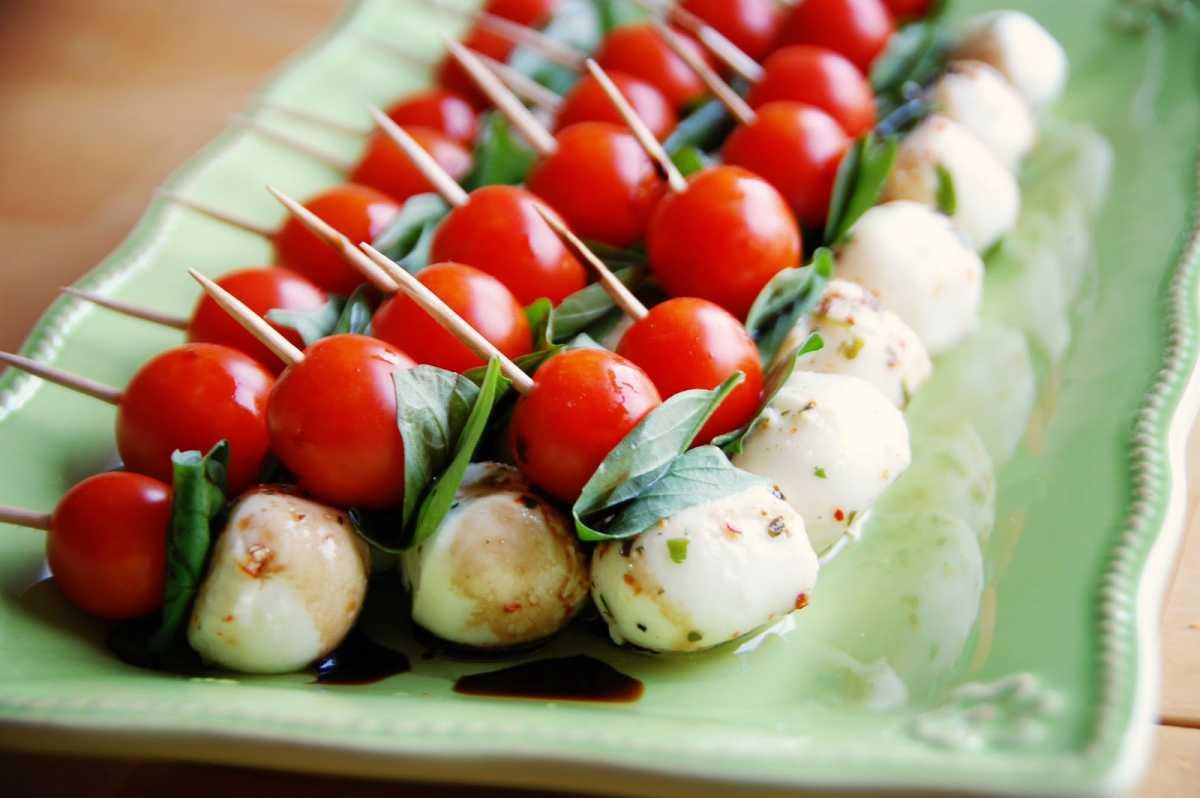 svadebnye-kanape-8 Канапе для свадьбы, как правильно использовать такой интересный и разнообразный вариант закуски в свадебном меню.