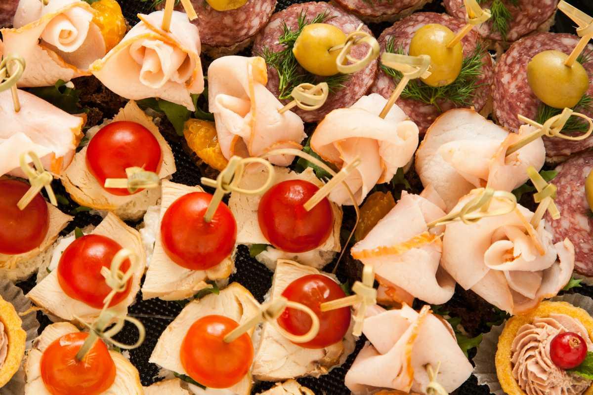 svadebnye-kanape-9 Канапе для свадьбы, как правильно использовать такой интересный и разнообразный вариант закуски в свадебном меню.