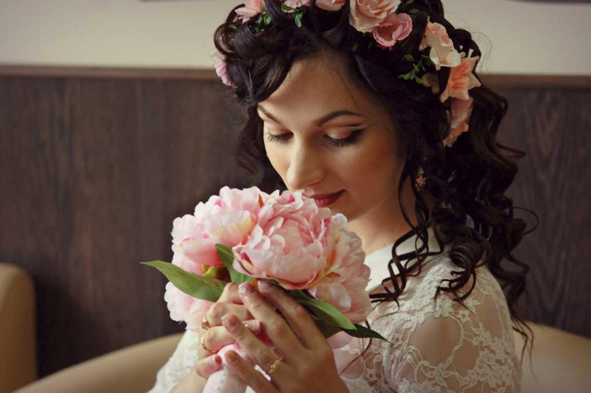 venok-dlya-nevesty-na-svadbu-101 Венки на голову из цветов на свадьбу, нежный свадебный аксессуар для волос невесты