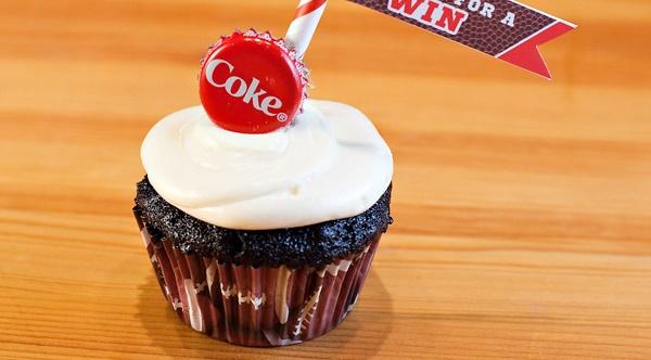 Сладкие свадебные капкейки со вкусом Кока-Колы для необычного тематического торжества
