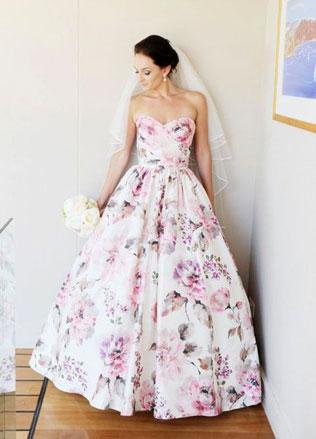 118svadebnie-platya-s-cvetochnym-printom Свадебные платья с цветочным принтом, очаровательный и модный тренд в свадебной моде