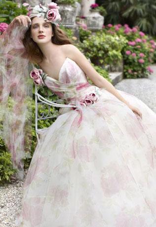 99svadebnie-platya-s-cvetochnym-printom Свадебные платья с цветочным принтом, очаровательный и модный тренд в свадебной моде