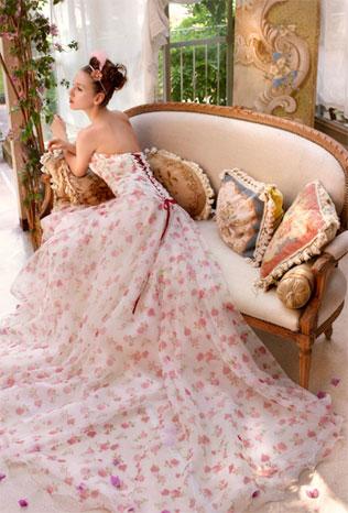 dlinnoe-svadebnie-platya-s-cvetochnym-printom Свадебные платья с цветочным принтом, очаровательный и модный тренд в свадебной моде