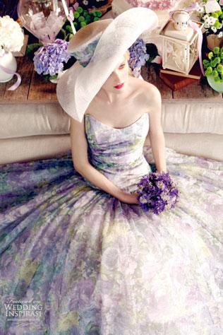s-shlyapoj-svadebnie-platya-s-cvetochnym-printom Свадебные платья с цветочным принтом, очаровательный и модный тренд в свадебной моде