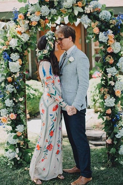 svadebnoe-plate-s-neobychnym-printom-sprava1 Свадебные платья с цветочным принтом, очаровательный и модный тренд в свадебной моде