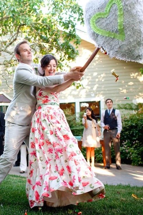 svadebnoe-plate-s-neobychnym-tsvetochnym-printom-2-sprava Свадебные платья с цветочным принтом, очаровательный и модный тренд в свадебной моде