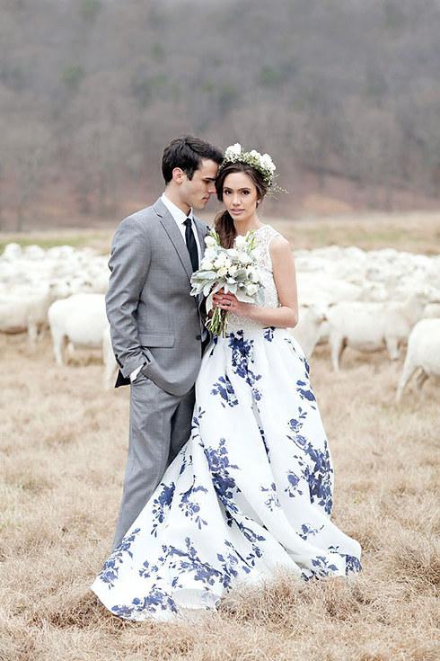 svadebnoe-plate-s-neobychnym-tsvetochnym-printom-3-sprava Свадебные платья с цветочным принтом, очаровательный и модный тренд в свадебной моде
