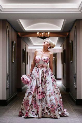 v-otele-svadebnie-platya-s-cvetochnym-printom Свадебные платья с цветочным принтом, очаровательный и модный тренд в свадебной моде