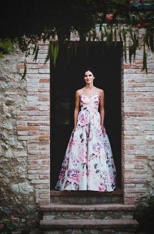 yarkoe-plate-svadebnie-platya-s-cvetochnym-printom Свадебные платья с цветочным принтом, очаровательный и модный тренд в свадебной моде