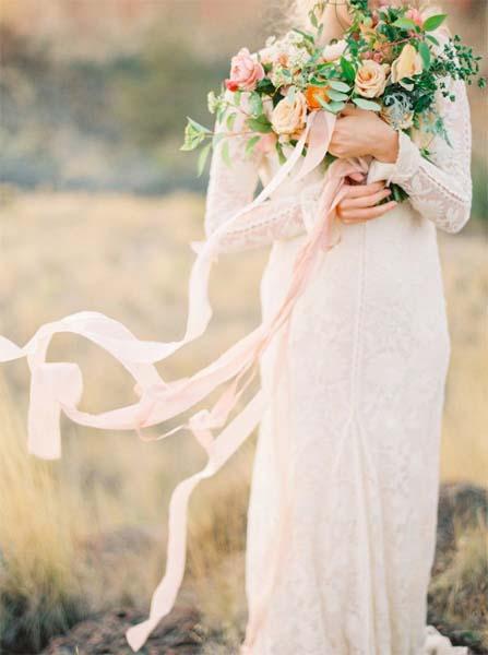 dekor-dlya-svadebnogo-buketa-7 Декорируем сами свадебный букет невесты в стиле рустик при помощи лент