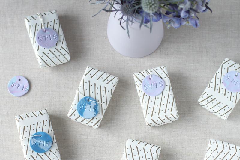 etiketki-iz-polimernoj-gliny-dlya-svadebnyh-bonbonerok 10 простых схем для изготовления свадебных бонбоньерок своими руками